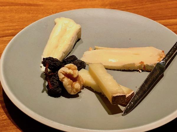 デザートの代わりにチーズと赤ワインで