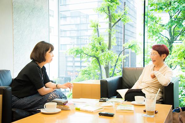 ビジネスインサイダージャパン編集長の浜田敬子さんと社会学者の上野千鶴子さん