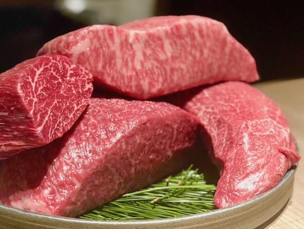 「本日のお肉の一部」は右上から時計回りに田村牛のサーロインとシンシン、茨城県は飯村牛のウチモモとシャトーブリアン