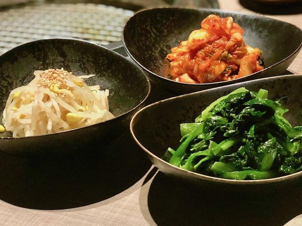 前菜3種は「キムチ」「ほうれん草のナムル」「豆もやしのナムル」