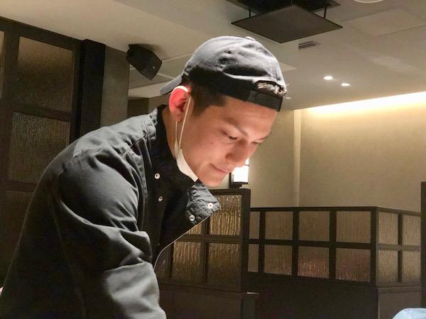 イケメンの平久保辰郎総料理長。無理言って写真の瞬間だけマスクを取っていただきました