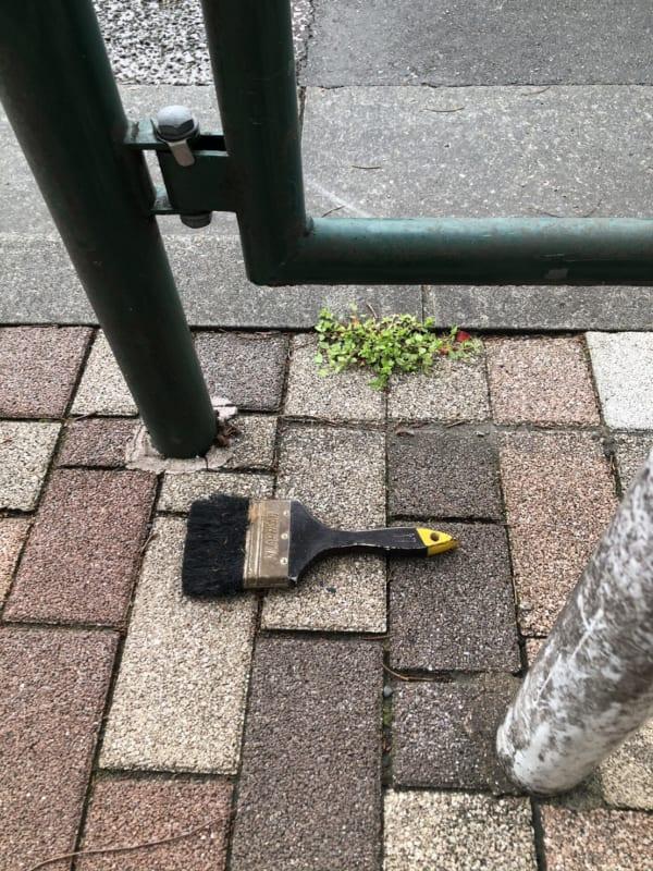 都内で発見したハケの落とし物。何を描くのに使われたのだろう。(写真/ダーシマ)