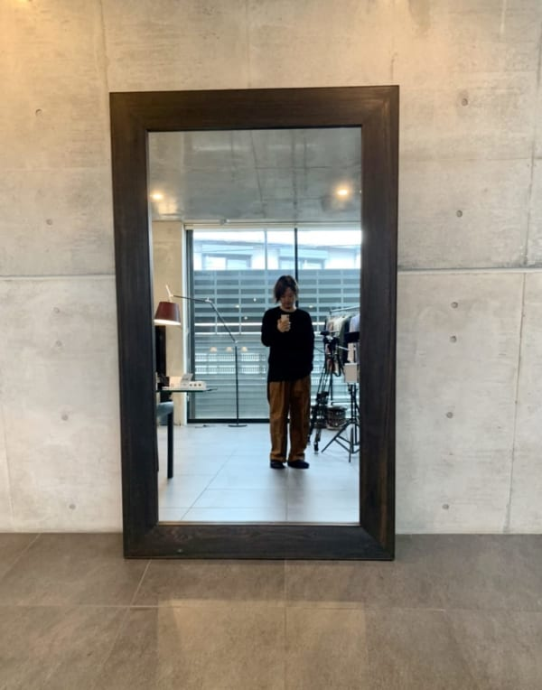 MBさんの事務所にある巨大な鏡。ユニクロ全型試着にもコラボ制作にもMBチェックにも欠かせない!
