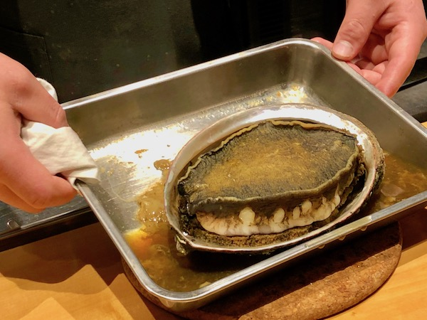 もうひとりの厨房で腕をふるう山本さんが自慢げに持ってきた北陸の「黒アワビ」