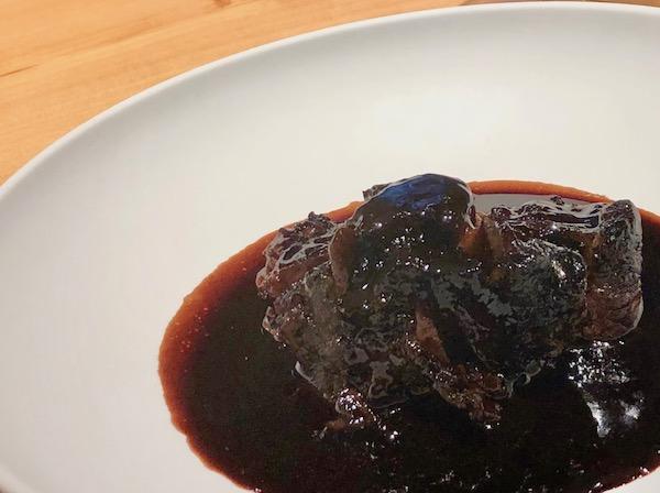 フランス料理の王道「クードブッフ(仔牛の赤ワイン煮込み)」