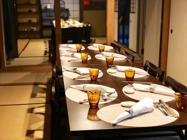 大きな2つのテーブルに8席ずつ。初めは見知らぬ人同士でも帰る頃には名刺交換していることも