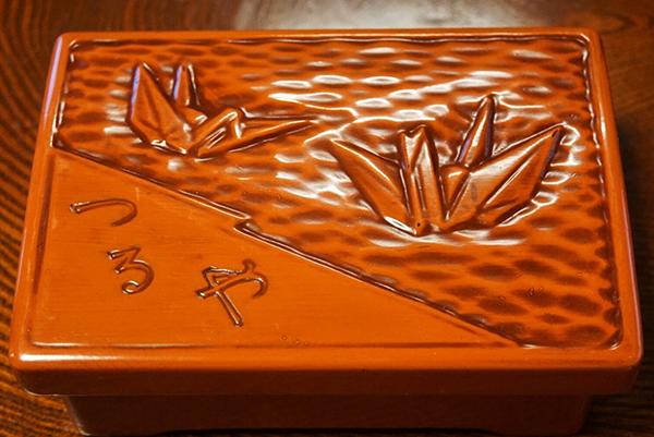 初代から使用している鎌倉彫りの器。塗りなおしてもらいながら大切に使っているという。