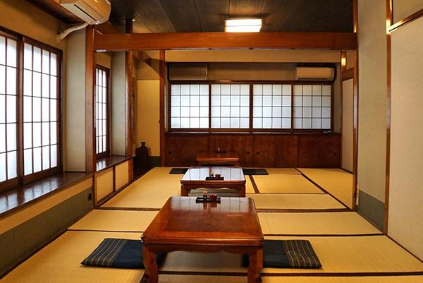 昭和40年から変わらない一軒家。2階は座敷が広がっており、仕切りがない開放的な空間になっている