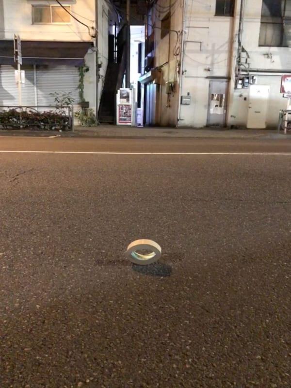 都内で発見したクラフトテープの落とし物。どうして立っているのか、以上の物語がある。(写真/ダーシマ)