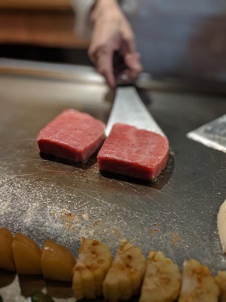 融点の低い上質な脂の旨味が存分に味わえるのは鉄板焼きならでは