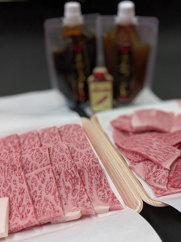 くにもと 焼肉セット (黒毛和牛サーロイン&くにもと名物切り落とし)は、税込1万1千円