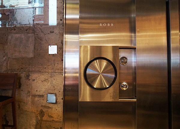 もともとあった銀行の金庫があった場所につくった【ROBB】。金庫をイメージした扉の先に非日常の空間が広がる