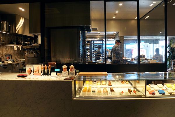 店内ではケーキやパン、生チョコレートのほか、カカオのビネガーやコスメまでカカオの商品が並ぶ。カフェスペースでは軽食なども食べることが可能