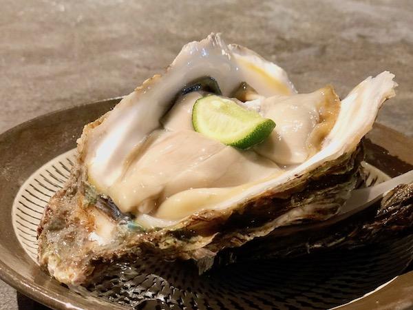 「岩牡蠣」(950円)は生と焼が選べます