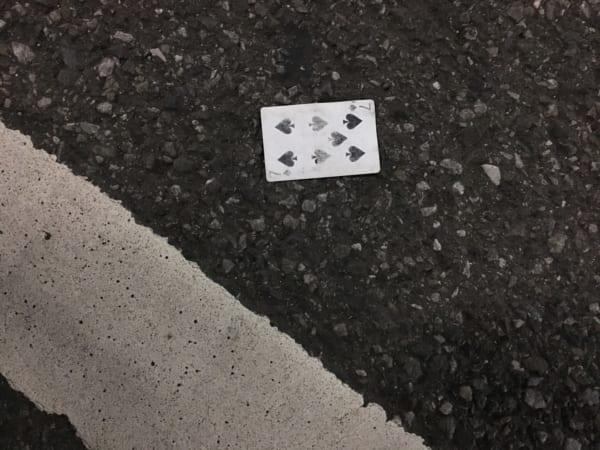 都内の路上にて発見したトランプの7のカード。全然ラッキーじゃなさそう……。(写真/ダーシマ)