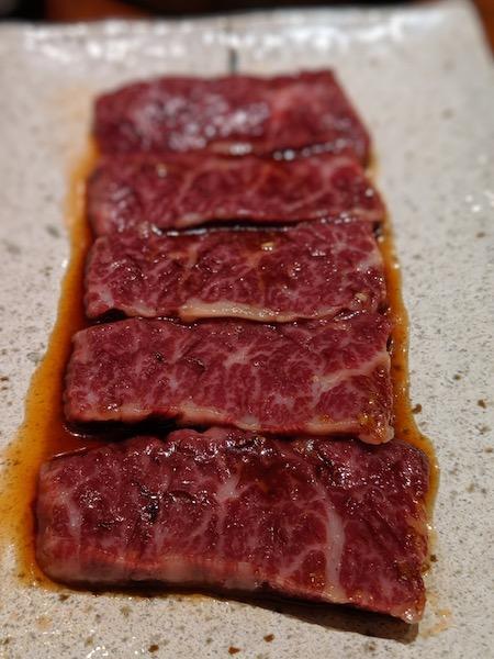 香ばしく焼いて、逞しい肉繊維の食感をしっかりと味わって欲しい
