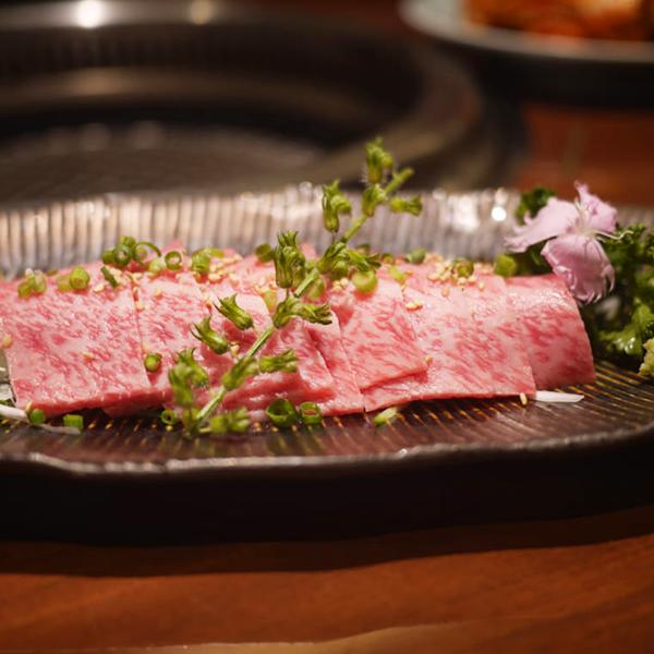 蕩ける食感と甘みにうっとりする肉刺し