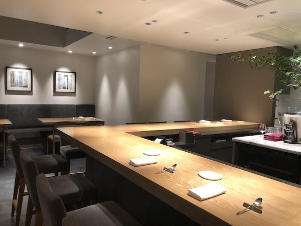 カウンター11席、テーブル3席、個室が2つ(4人、6人)もあり使い勝手が良いのです