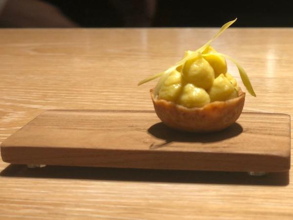記憶に残るひと皿目はアミューズ「トウモロコシ フォアグラ」から始まります