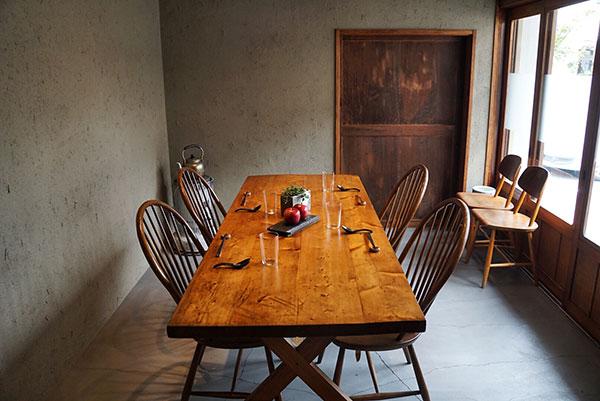 店内にはカウンター席のほかに、ゆったりと椅子が配された美しいテーブル席が1つ