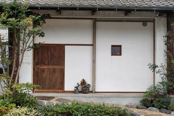 古民家を改築した1軒家レストラン。ひっそりとした入り口の木戸が目印