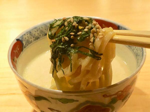 卵の風味がしっかり感じる縮れ麺に胡麻たっぷりのスープが絡み極上の味に