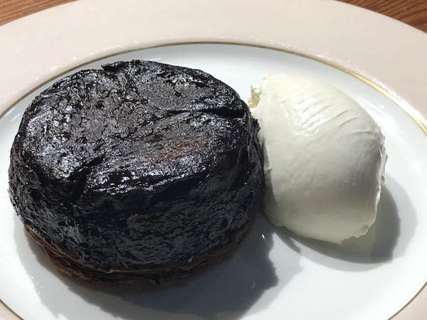 こんな真っ黒な「タルトタタン」(1,000円)にフロマージュブランを添えるなんて見たことない! けどめっちゃくちゃおいしいです