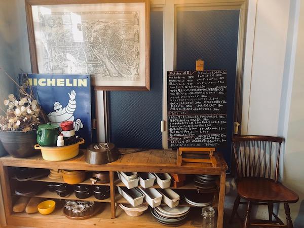 手書きの黒板メニューとか食器とか、インテリアのセンスも抜群です