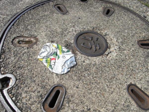潰れた缶。潰された一瞬でその形は決まる。