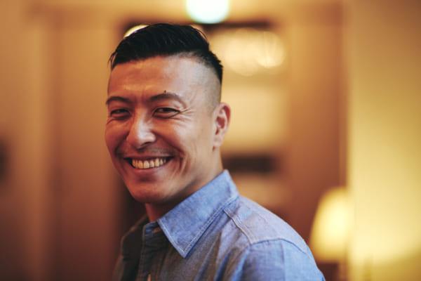 ふとした笑顔も魅力的。撮影は、愛する地元の由緒あるホテル「宝塚ホテル」にて。(撮影/熊谷貫)
