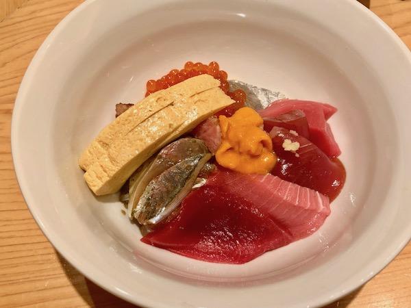 おつまみ7品、握り13貫のおまかせコースの追加で超特別にお願いした「海鮮丼」はこの後、いくらが盛り盛りになりました