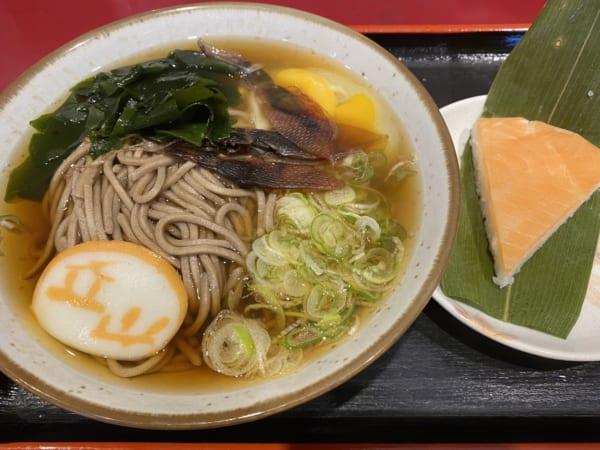 ホタルイカ素干しそばとます寿司。(撮影/畠山理仁)