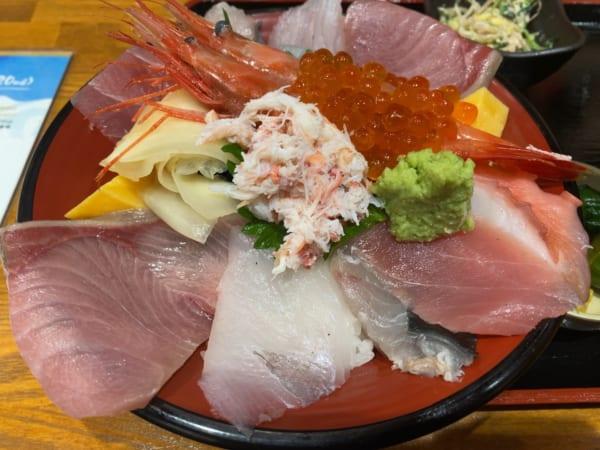 選挙漫遊の楽しみはご当地グルメ。最後は、本当においしかった富山グルメ三連発で締めましょう!まずは海鮮丼。(撮影/畠山理仁)