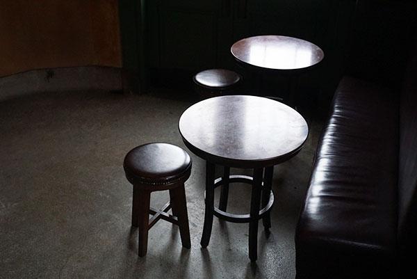 入口入ってすぐのテーブル席。この床は1927年鎌倉銀行が建てられた当時のまま