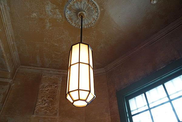 入口入ってすぐの天井を見上げると、1927年の銀行創業時から変わらない天井のレリーフを見ることができる