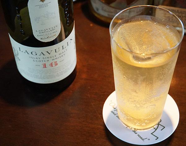 アイラ島のウイスキー『LAGAVULIN』16年物1500円。バーではウイスキー、ジンの種類を豊富にそろえる