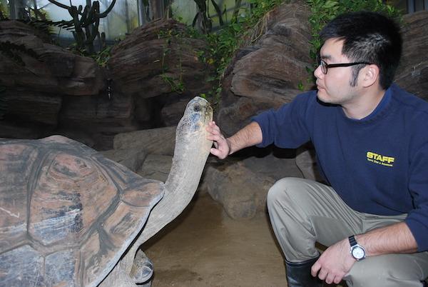 上野動物園・両生爬虫類館の飼育展示スタッフ時代の、ぶっちーさん。(写真提供/大渕希郷)