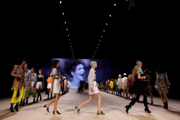 コレクションをチェックするのが一番勉強になるという(パリで開催された10月の春夏コレクションでのLouis Vuittonのショー。写真提供:ロイター)