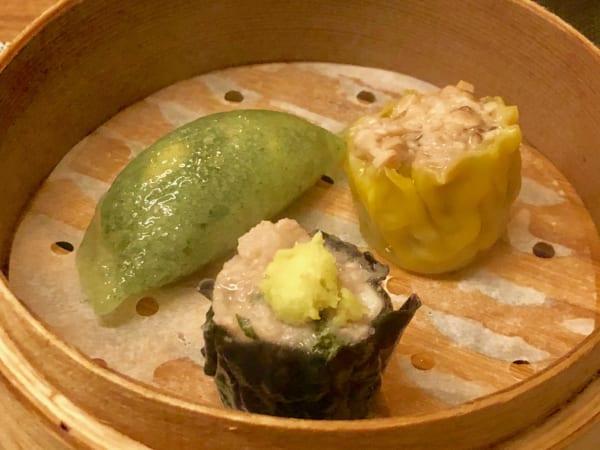 左上から時計回りに「モロヘイヤの野菜ぎょうざ」「絶品広東焼売」「漢方豚と大和芋のワサビのせ焼売」