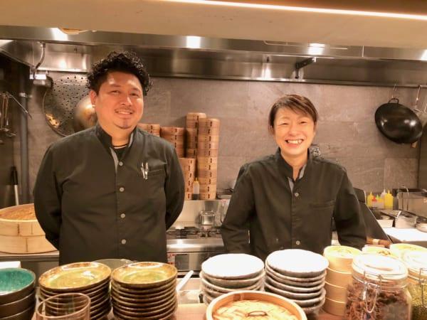 平岡志保子さん(右)と鈴木高輔さん(左)は10年一緒に厨房にいるだけあって息もぴったり