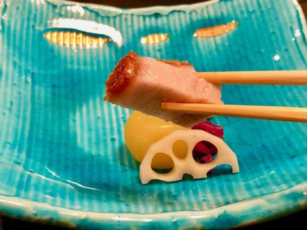サックッサクの皮とジューシーな肉質が絶品の「脆皮焼肉」。添えた甘酢漬けもおいしい!