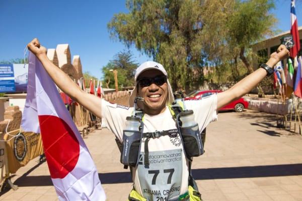 日本人初のアドベンチャーマラソン世界7大陸走破を達成し、いまなお挑戦を続ける北田雄夫さん。2014年、チリでの「アタカマ・クロッシング」のゴールシーン。