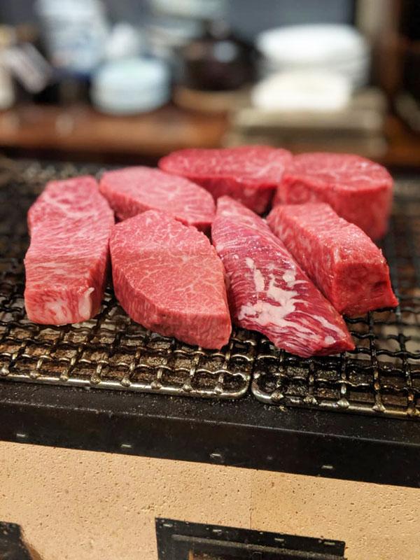 店主の熱量で焼かれたかのような極上の肉に出会える