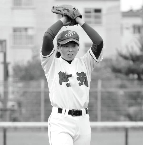 徳島県の独自大会の開幕戦。始球式で一球を投じた吉本選手。県高野連に選手登録する唯一の女子球児だった。©共同通信社