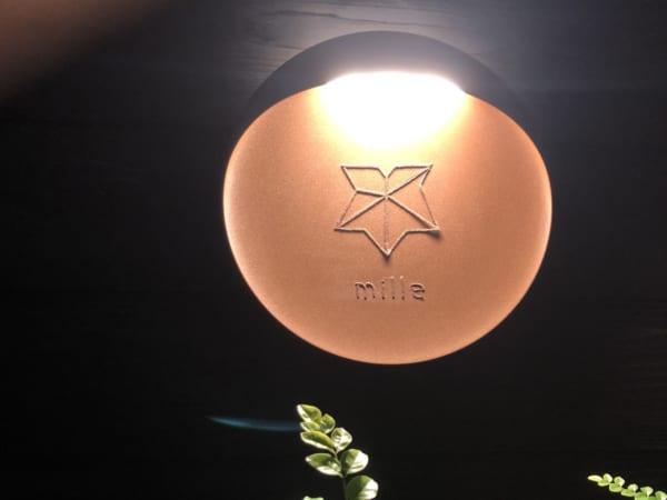 milleはフランス語で数字の「千」。千葉さんの名前がロゴと店名で表現されています