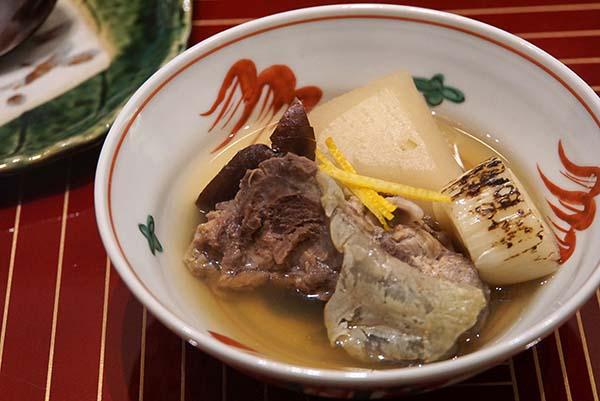 コースのお椀がわりの、スッポンの鍋。肉厚の阿波のしいたけをはじめ、食材は最上のものを使う