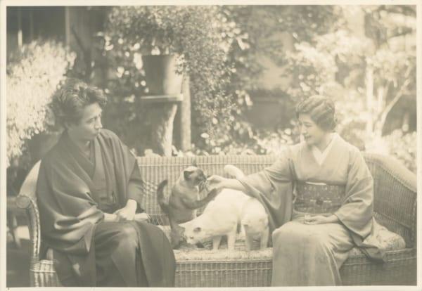 1934年頃、大佛夫妻と猫たち、アバちゃん、シロ、コトンと。(画像提供/大佛次郎記念館)