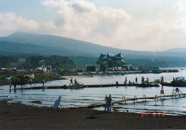 山中湖越しに望む1994年のマウント・フジ・ジャズ・フェスティバル会場。 (※)
