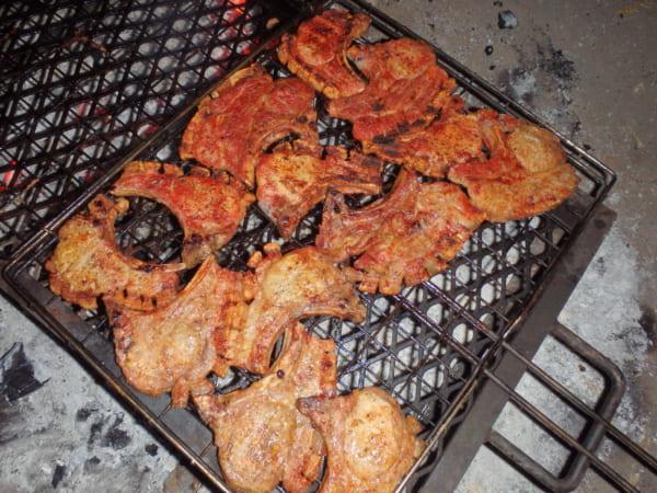 サファリの夕食は、毎晩、豪華なバーベキュー!「こんなにうまい肉は日本では食べられないだろう?」とアーチーは得意げだ。おっしゃる通り。アーチーがサファリで焼く肉は、分厚くて栄養満点で、きっと世界でもっともおいしい。