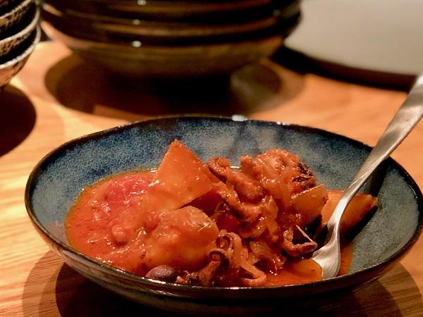 「イイダコとポテトのトマト煮込み(950円)」